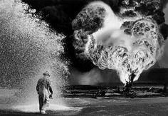 Campo de Petróleo no Kuwait. Foto de Sebastião Salgado. Veja mais em http://www.jornaldafotografia.com.br/noticias/parabens-para-leica