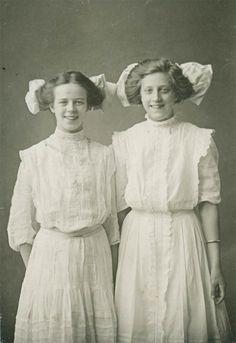 Prom 1904 Edwardian Clothing, Edwardian Era, Edwardian Fashion, Vintage Ideas, Vintage Pictures, Old Pictures, Victoria Reign, Victorian Life, Historical Women