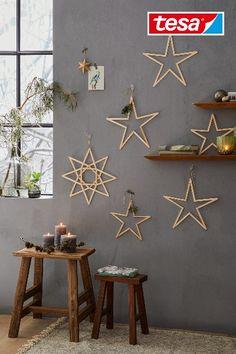 Ben je op zoek naar inspiratie voor leuke kerstdecoratie? Kinderen zullen dol zijn op het materiaal waar deze sterren van zijn gemaakt: ijsstokjes! Maak je geen zorgen, voor deze muurdecoratie hoef je geen bergen ijsjes te eten. De houten stokjes zijn gewoon te koop in een hobbywinkel. De sterren bevestig je met transparante klevende haken. Dit verwijder je na de feestdagen weer gemakkelijk van de muur. Bekijk hier hoe je deze kerstversiering zelf maakt! 🌟 Christmas Wood Crafts, Christmas Time, Craft Activities For Kids, Christmas Inspiration, Christmas Tree Decorations, Diy For Kids, Diy Room Decor, Diy Crafts, Creative