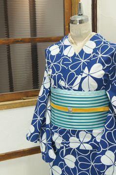 瑠璃のような深みのある青の地に、クローバのようなカタバミのモチーフが染め出された注染レトロ浴衣です。