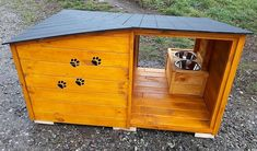 See how the dog house is created and decorated, the contrast of color is looking amazing and the dog paw design created on the front of the dog house is making it look perfect for the pet dog. Old Pallets, Recycled Pallets, Wooden Pallets, Wood Dog House, Pallet Dog House, Wood Pallet Furniture, Furniture Projects, Furniture Repair, Ikea Furniture