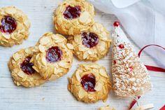 De kuiltjes in de koek (ja, die maak je echt met je duim!) worden klassiek gevuld met jam. Zo lekker in combinatie met de amandel. - Recept - Allerhande