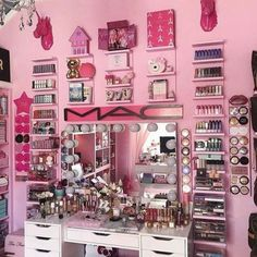 Must-Have Makeup Vanity Ideas Vanity Makeup Rooms, Makeup Room Decor, Makeup Vanities, Cute Bedroom Ideas, Cute Room Decor, Girl Bedroom Designs, Makeup Storage, Makeup Organization, Sala Glam