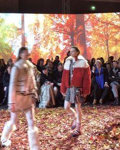 낙엽이 깔린 런웨이를 걸어나온 몽클레어 걸들 풍성한 퍼프 재킷과 양털 코트 비즈 아플리케와 꽃무늬로 수공예적인 느낌을 가미한 트위드 수트 목가적인 스웨터등이 등장했습니다 (Jiyoung Kim @jiyoungkim6364) _ Models took the #MonclerGammeRouge runway covered with #autumn leaves with the collection featuring pieces such as puff jackets wool coats and tweed suits with floral patterns and appliqued beads. #Moncler #FW17 #PFW #盟可睐 #巴黎时装周 #巴黎  via VOGUE KOREA MAGAZINE OFFICIAL INSTAGRAM - Fashion Campaigns  Haute Couture  Advertising  Editorial Photography  Magazine Cover…