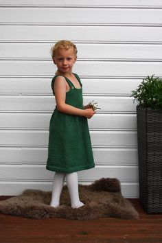 Lettstrikket kjole strikket i Merino Extra Fine. Kjolen kommer i størrelser fra 3-6 måneder opp til 6 år. Girls Dresses, Flower Girl Dresses, Wedding Dresses, Flowers, Fashion, Bride Gowns, Wedding Gowns, Moda, La Mode