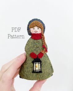 Felt Doll Patterns, Felt Ornaments Patterns, Christmas Patterns, Sewing Patterns, Felt Puppets, Finger Puppets, Felt Christmas Ornaments, Christmas Decor, Christmas Ideas