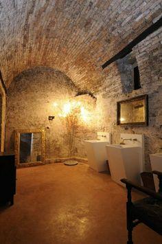 mur-pierre-salle-de-bain-baingoire-lavabo-miroir
