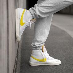 Koop online Nike Blazer Mid VNTG in Wit / Optisch Geel - asfalt goud Skater Outfits, Nike Outfits, Sneakers Mode, New Sneakers, Minimalist Sneakers, Sneaker Trend, Yellow Nikes, Yellow Blazer, Shoes