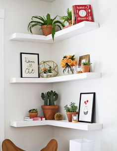 Can't find a big wall space to build your shelves? Now you will just need to find an empty corner to build these Amazing DIY Floating Corner Shelves!