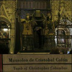 El mausoleo de Cristobal Colón está en la Catedral de Sevilla. Colón fue un explorador italiano. Isabella y Fernando de España había financiado varios viajes a la americano.