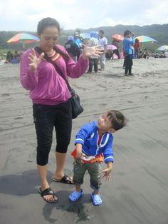 Foto kiriman Titta Nommasita   Ga ada salahnya menikmati Hari keluarga Internasional dengan piknik bersama anak tersayang..walaupun hanya di pantai parangtritis. Selamat Hari Keluarga Internasional semuanya.  #FotoKeluargaEMCO