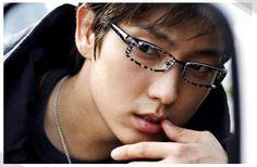Lee Jun Ki looks so hot in this pose