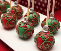 Cake pops - for Christmas *pink blue yellow. mix n match cake pop colors with cake pop swirls (pink cake pop w/ blue swirls, or slightly darker blue, pink, yellow cake pops w/ corresponding slightly lighter swirls) Grinch Christmas Party, Christmas Cake Pops, Christmas Sweets, Christmas Goodies, Christmas Baking, Simple Christmas, Christmas Ornament, Grinch Party, Xmas
