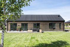 Ett modernt och välplanerat hus med en fasad i järnvitriol. I de sociala ytorna som kök, matplats och vardagsrum är taket lyft till ett åstak vilket gör att rummet blir luftigt och spännande.