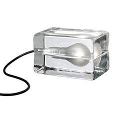 De bekroonde en wereldberoemde Block Lamp is gemaakt van helder glas. De lamp is voor het eerst gepresenteerd in het museum van moderne kunst in New York in 2000.