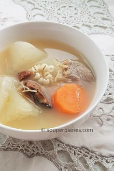 This soup reduces internal body heat, clears phlegm, promotes diuresis and detoxifies the body. Winter Melon Soup with Barley helps to eliminate excess fluids, clears internal heat and weight loss. Chinese Soup Recipes, Asian Recipes, Indonesian Recipes, Japanese Recipes, Asian Foods, Winter Melon Soup, Winter Melon Recipe Chinese, Healthy Soup, Healthy Recipes