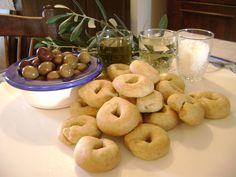 I taralli sono delle ciambelline salate tipiche della Puglia. Li ho sempre amati molto ma non sapevo fossero così facili da fare in casa. Da quando Pasqua,