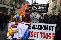 """Plusieurs centaines de personnes marchent vers l'Élysée contre la """"politique anti-sociale"""" de Macron"""