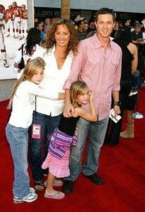 Eric Close(Sawyer SB and Teddy Nashville) with wife Keri and their daughters Katie and Ella
