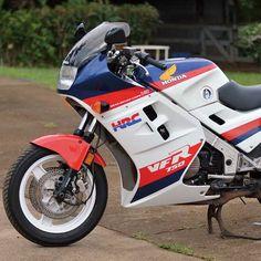 Rapid Transit: The 1986 Honda Interceptor - Classic Japanese Motorcycles - Motorcycle Classics Honda 750, Honda Bikes, Classic Honda Motorcycles, Vintage Motorcycles, Womens Motorcycle Helmets, Motorcycle Girls, Ducati Monster Custom, Custom Sport Bikes, Bike Photoshoot
