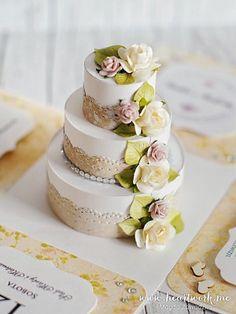 Ślubny exploding box z ręcznie wykonanym, bogato zdobionym tortem w środku.