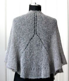 Knit an ultralight shawl with ruffled ruffle - susanne gustafso . : Knit an ultralight shawl with ruffled ruffle – susanne-gustafsso … Poncho Knitting Patterns, Knitted Poncho, Knitted Shawls, Knitting Socks, Crochet Shawl, Free Knitting, Knit Crochet, Knitted Flowers, Shawls And Wraps