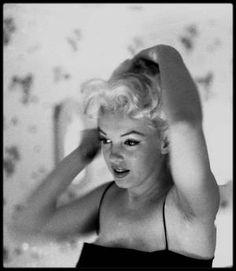 """1955 / Marilyn dans sa chambre de l""""Ambassador Hotel"""" se fait belle avec l'aide d'une habilleuse avant la cérémonie au """"Madison Square Garden"""" (où elle paraîtra sur un éléphant peint en rose pour un gala de charité, voir article dans le blog) sous l'objectif du photographe Ed FEINGERSH."""
