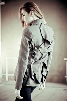 Back ruffled jacket