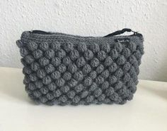 Færdig – Bobbelpung + guide - Lilly is Love Crochet Clutch, Crochet Handbags, Knit Or Crochet, Crochet Gifts, Homemade Bags, Popcorn Stitch, Diy Bags Purses, Knitted Bags, Beautiful Crochet