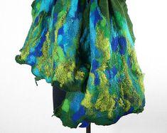 Gevilte sjaal omslagdoek lang voelde Nuno-Nuno boho folk doek sjawls vilten  Veel mooier dan de afbeelding! Een sjaal van onze werkplaats. Hand vilten met zijde. Kan het heerlijk zachte - gebonden en verpakt gedragen zijn, in vele opzichten. Hij kan een CAP, een riem of halsband sjaal. Onze robuuste materialen zijn zijde en kwalitatief hoogwaardige merinoswol, het resultaat is heerlijk knuffels en nog zeer resistent tegen schimmel. De sjaal is zijdeachtig en zacht, maar zeer duurzaam…