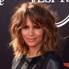 35 Long Hairstyles with Bangs - Best Celebrity Long Hair with Bangs Styles 35 Lange Frisuren mit Pony - Beste Promi Langes Haar mit Pony Styles Curly Hair With Bangs, Haircuts With Bangs, Short Hair Cuts, Hair Bangs, Bangs Hairstyle, Long Bangs, Wavy Hair, Halle Berry Hairstyles, Easy Hairstyles