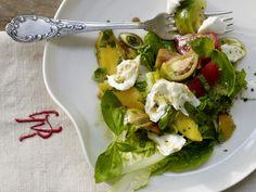 """Die Variante des italienischen Klassikers """"Caprese"""" zeigt sich ungewöhnlich fruchtig und knackig: Tomaten-Mango-Salat mit Büffelmozzarella - smarter - Kalorien: 179 Kcal   Zeit: 20 min. #summer #salad"""