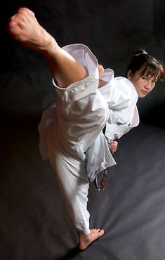 Woman doing a high kick Action Pose Reference, Human Poses Reference, Action Poses, Anatomy Reference, Female Martial Artists, Martial Arts Women, Martial Arts Weapons, Taekwondo, Fighting Poses