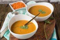 Rote Linsen Suppe kann auch scharf und aromatisch sein - mit Currypaste, Kokosmilch, Paprika und Ingwer. Einfach & schnell zubereitet - super lecker!
