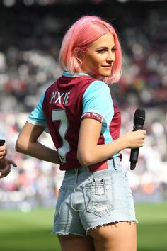 Pixie Lott - Performing At Half Time in West Ham V Everton Football Match in London – - Celebrity Nude Leaked! Hot Football Fans, Football Match, Ladies Football League, Football Girls, Sexy Jeans, Sexy Shorts, Short Shorts, Mila Kunis Style, West Ham United Fc