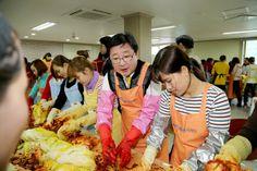 2013 다문화가족 김장나누기 행사에 권영세 안동시장이 참석하여 김장을 하고 있다.(2013. 11. 30.)