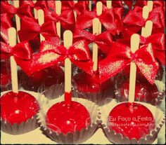 Receita docinho caramelizado – falsa maçã do amor Food Net, Kairo, Mickey Party, Chocolate Strawberries, Cake Pops, Sweet Recipes, Cupcake Cakes, Buffet, Deserts