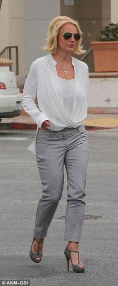Roupa do negócio: Com a blusa branca e calça cinza sob medida, Britney foi adequadamente v...