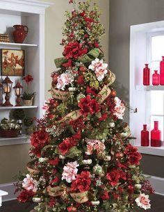 Mistura de flores e fitas faz a diferença nessa decoração de Natal