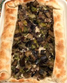 BUEN DIA A TODOS!! Feliz día de San Valentin😍😍 acá donde se cocina es San Valentin todos los dias😂😂😂 Hoy almorzamos esta tarta increíble de 🍆 berenjenas, brocoli, cebolla morada y 🧀 queso. En mi IS pueden ver como salteo el relleno. Todo en una sartén con apenas un chorrito de oliva. Cuando se enfria todo, le agregue dos huevos y dos claras. Llevé al horno precalentado por 15 minutos hasta que se cocinó la masa.  #health #healthyfood #eatclean #behealthy #fitfood #fitlife #fitgirl…