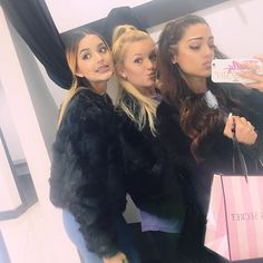 #shoppingday #vsquad who can guess what we bein for #halloween ?! (we are NOT bein the chanels!)