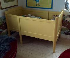 (1) FINN – Nydelig gul liten skuvseng, barneseng, babyseng, retro