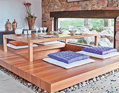 Tirar o sapato antes de entrar em casa, usar futon sobre o tatami para dormir, portas de correr feitas de papel e muita tecnologia.