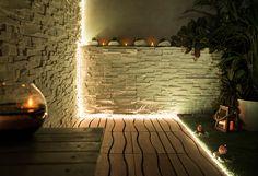 Tira Led con tono de luz RGB, que permite cambio de color, iluminación indirecta en fosa de escayola de techo de pasillo.