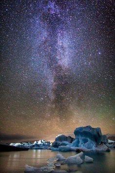 アイスランドの湖 ヨークルスアゥルロゥン  天の川と氷魂のコントラストが絶景です。