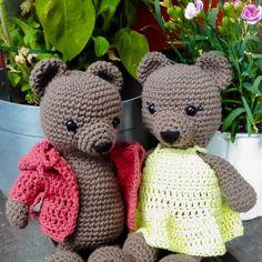 Hekleoppskrift på to bjørner med klær -  i salg hos #strikkoteket
