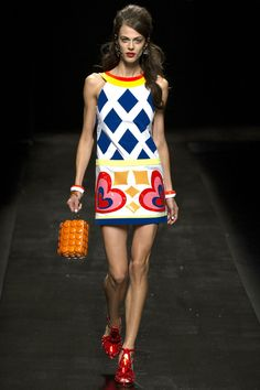What makes Moschino different? Shop Moschino for women at Farfetch and look out for cocktail dresses and accessories that will leave a lasting impression. 60s Mod Fashion, Fashion Mode, Fashion Show, Vintage Fashion, Fashion Design, Fashion Trends, Milan Fashion, Fashion Stores, Fashion Spring