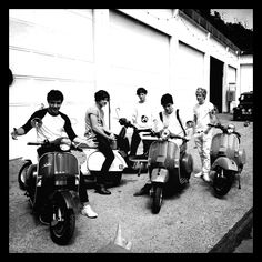 What is up with Niall and Louis being the only ones not sitting on the motorcycle??