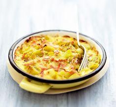 La recette facile, rapide et savoureuse avec des poireaux. Curry, parmesan et jambon complètent ce gratin idéal pour un repas improvisé !