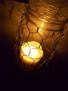 DIY: Mason jar lantern with chicken wire (nodig: lege pot, kippengaas, tang en ijzerdraad) (@ Etsy)